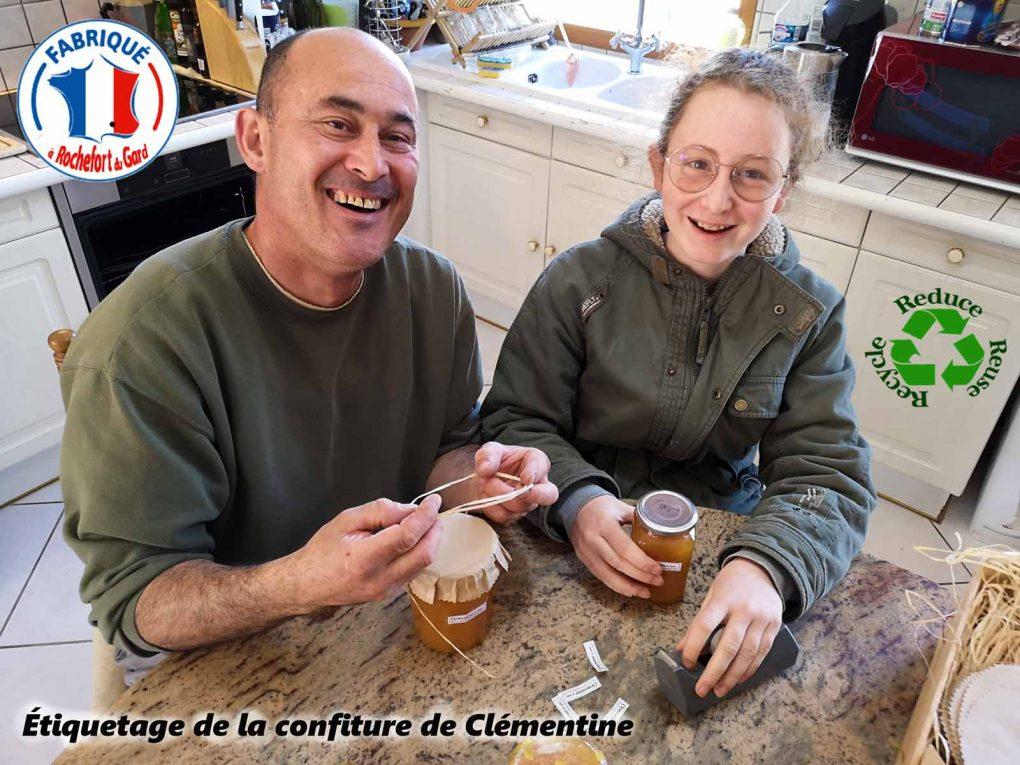 Étiquetage des pots de confiture de clémentine - Julie la stagiaire - Association la JARRE -19-04-2021